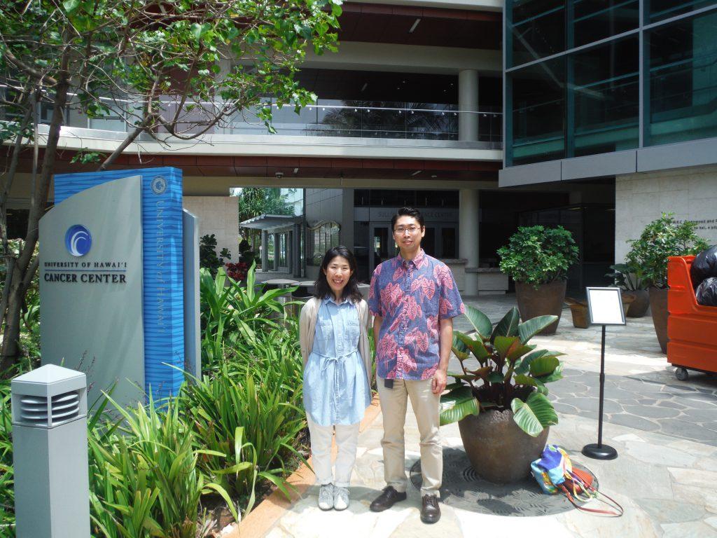 ハワイ大学がんセンターの前で撮った写真の画像